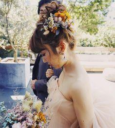 お色直しはお団子にドライフラワーを付けました☺️💄 大好きなお二人💑 本当におめでとうございます☺️ hair/yuudai Flower Girl Invitation, Hair Arrange, Floral Headpiece, Wedding Flowers, Wedding Dresses, Bridesmaid Proposal, Flower Crown, Bridal Hair, Summer Wedding