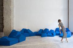 Cuscini componibili che vestono lo spazio http://www.differentdesign.it/cuscini-componibili-che-vestono-lo-spazio/ Un sistema di #cuscini componibili da sistemare a terra o da applicare alle pareti