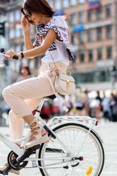 Golestaneh on a street style photo taken before Lala Berlin during Copenhagen Fashion Week. Fashion Photo, Girl Fashion, Womens Fashion, Fashion Trends, Barefoot Blonde, Cycle Chic, Copenhagen Fashion Week, Bike Style, Glamour