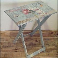 une table pliable mignonne, decopatch charmant pour un meuble relooké dans un style vintage