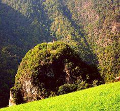 SOMMER IM HOTEL AM HANG. Verbringen Sie einen unvergesslichen Sommer in den Bergen. Der Ritten ist der optimale Ausgangspunkt Südtirol und seine wunderschönen Plätze zu erkunden.  Mehr auf unserer Hotelwebsite. Bild: Johanneskirche am Johanneskofel  #natur #hotelamhang #ritten #green #walking #hiking #family #fit #lovenature #outside #mountains #südtirol #altoadige Fairytale Castle, Das Hotel, Fairy Tales, Walking, Country Roads, Explore, Fit, Summer Vacations, Nature