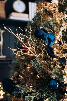 The two most traditional styles of christmas tree décor are Country and Victorian. The Victorian style of christmas tree décor is definitely more expensive than Blue Christmas Decor, Gold Christmas Decorations, Christmas Tree Themes, Xmas Tree, Christmas Traditions, Vintage Christmas, Christmas Holidays, Red And Gold Christmas Tree, Royal Christmas