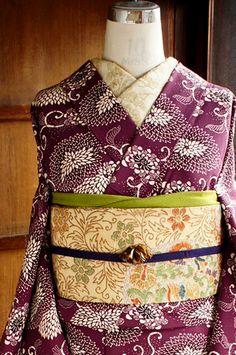 こくと深みのある山葡萄のような赤紫色の地に、すっきりとした白で染め出された、ふわりと丸い大輪の菊唐草がしみじみと美しい縮緬袷着物です。