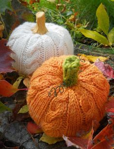 Create a pumpkin patch with the look of a cable knit sweater! The warm cozy texture adds whimsy to any autumn display. Find this perfect Halloween pattern and more inspiration at LoveKnitting.Com.