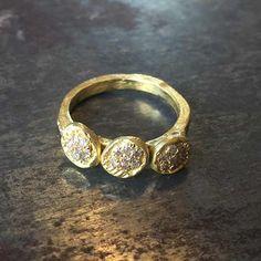 Bague or et diamants, beaucoup de charme , création artisanale made in France par Esther Assouline, exclusivement chez l'Atelier des Bijoux Créateurs.