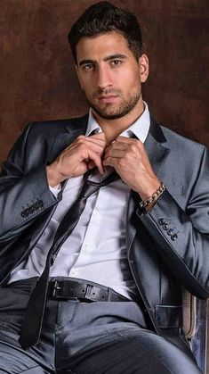 Dapper Gentleman, Dapper Men, Beautiful Men Faces, Gorgeous Men, Mens Fashion Suits, Mens Suits, Mens Wardrobe Essentials, Costume Sexy, Formal Men Outfit