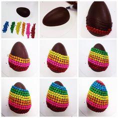 A Páscoa não está longe! Vamos pensar em algumas idéias divertidas? Este ovo foi feito usando o bico multiplo da Mago, glacê real tingido com corante pasta gel e chocogiros da Mavalerio! Gostaram? #Páscoa #chocolate #chocoholic #instafood #pascoafeelings #loveit #gordice #pascoachegando