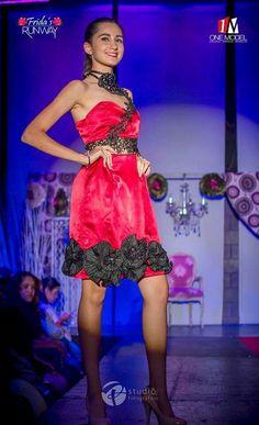 Vestido rojo satín, encaje y flores en ruedo.  Colección Frida.  Creado por Alina Avendaño Couture para Anaram CyD
