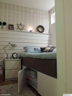 h&m,sovalkov,sovalkov med fönster,fläktskåp,ikea,nattduksbord,plankvägg,new england,lantligt,compact living,sovrum