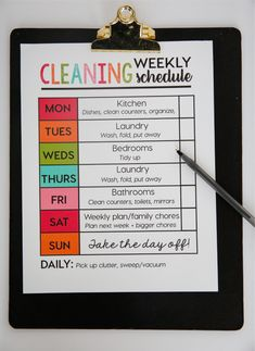 Need help with figuring out how to juggle your weekly cleaning? This helpful cleaning schedule by is just great! Clean, declutter and organize to ensure a happy, clean and relaxing home. Deep Cleaning Tips, House Cleaning Tips, Spring Cleaning, Cleaning Hacks, Cleaning Schedules, Cleaning Products, Apartment Cleaning Schedule, Weekly Cleaning Schedule Printable, Chore Schedule