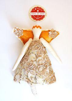 Anjo de pano decorado com renda bordada.