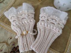 Ravelry 532269249706995151 - Ravelry: Project Gallery for elf clobber pattern by schnuddel Kerstin Source by surferaschile Mode Crochet, Crochet Wool, Crochet Mittens, Crochet Stitches Patterns, Knitting Stitches, Knitting Patterns, Fingerless Gloves Crochet Pattern, Knitted Gloves, Crochet Wrist Warmers