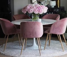 Talk about gorgeous. Round dining table set up with pink velvet chairs. Round Dining Table Sets, Diy Dining Room Table, Round Table And Chairs, Dining Room Design, Dining Chairs, Pink Dining Rooms, Dining Room Inspiration, Room Decorations, Table Settings
