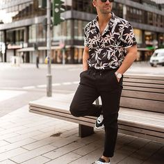Men want to impress this year. The look should be special and eye-catching. Get the inspiration you need for mens casual shirts in Classic Outfits, Casual Outfits, Fashion Outfits, Casual Shirts For Men, Men Casual, Outfits Hombre, Black Jeans Outfit, Printed Shirts, Floral Shirts