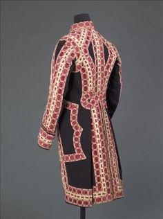 HABIT DE CÉRÉMONIE À LA LIVRÉE DU ROI DE FRANCE Vers 1785 Drap de laine bleu foncé, doublure, sergé de laine rouge, toile de lin cirée, galons, passementerie de soie et de lin. Palais Galliera, musée de la Mode de la Ville de Paris
