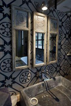 Carreau ciment au mur dans une salle de bains