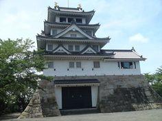 岐阜県大垣市にある墨俣一夜城。このお城は豊臣秀吉が建造したと言われているお城です。さすがに一夜で建てたのというのは大げさですが、かなりの短期間で建てたというのは本当のようです。ただ、当時は天守閣があるような立派なお城ではなく、砦のようなものだったとも言われており、まだまだ謎の多いお城です。お城自体は資料館になっており、秀吉関連の資料も豊富に展示してあります。それではご案内いたしましょう。