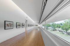 A Fundação Nadir Afonso, construída pelo Arquiteto Álvaro Siza Vieira na cidade de Chaves, Portugal, às margens do rio Tâmega, foi definida no plano como um retângulo paralelo ao leito do rio.…