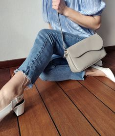 Die Kollektion Treats Bae hat ein stromlinienförmiges und elegantes Design mit wellenförmigen Kurven. Die Handtasche ist hergestellt aus Leder mit strukturierter Oberfläche und in den Trendfarben der Saison erhätlich. Bae, Trends, Elegant, Saddle Bags, Mom Jeans, Lifestyle, Pants, Fashion, Danish Design