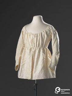 Een wit jakje met ingeweven patroon, lange mouwen en hoge taille. Gevoerd met lichte katoen. Het jakje werd gedragen als ochtendkleding of als huiskleding. Het model past in de mode rond 1800, maar is niet heel modieus. Het jakje is in de 18e eeuw vermaakt tot een empire jakje, uit restjes oudere stof.  De stof komt mogelijk uit een anglaise japon of ochtendjapon. De mouw is mogelijk verlengd tot een lange mouw. Er zijn geen andere sporen van vermaking. Identifier KA 20172 Creation date…