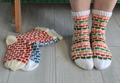 Tilaa Neulovillan uutiskirje, niin saat ilmaisen sukkaohjeen Tiilenpäät-sukkiin. Free Pattern, Socks, Fashion, Moda, Fashion Styles, Sewing Patterns Free, Sock, Stockings, Fashion Illustrations