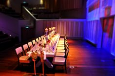 Ingedekte tafel ten behoeve van een luxe uitgeserveerd diner
