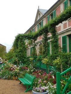 Monet house in Giverny france Claude Monet, Beautiful Gardens, Beautiful Homes, Beautiful Places, Beautiful Pictures, Monet Garden Giverny, Dream Garden, Home And Garden, Vita Sackville West