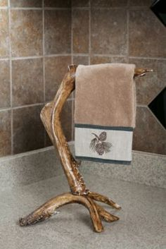 Cabela's: Faux-Antler Hand-Towel Bar Stand The beauty of the natural world takes center stage in a home decorated with this accessory. Creatively arranged for aesthetics and maximum functionality, each antler is modeled from natural shed an Deer Antler Crafts, Hunting Crafts, Antler Art, Deer Antlers, Country Decor, Rustic Decor, Camo Bathroom, Deer Decor, Log Furniture