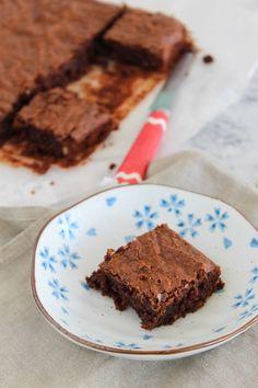 Receita de brownie de chocolate sem glúten, com farinha de amêndoa, farinha de arroz, nozes ou pecans. Mais leve do que o feito com farinha!