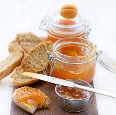 Gör egen aprikosmarmelad att bre' på skorporna eller glasera dina fruktpajer med!