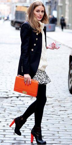Den Look kaufen: https://lookastic.de/damenmode/wie-kombinieren/cabanjacke-strickpullover-minirock-stiefeletten-clutch-strumpfhose/1212 — Weißer Strickpullover — Dunkelblaue Cabanjacke — Weißer und schwarzer Minirock mit Leopardenmuster — Orange Leder Clutch — Schwarze Strumpfhose — Schwarze Leder Stiefeletten
