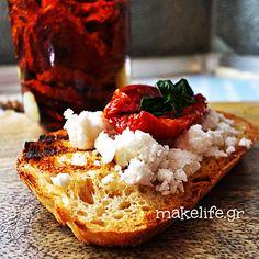 Φτιάχνουμε τις δικές μας λιαστές ντομάτες στο φούρνο Group Meals, Greek Recipes, Bon Appetit, Salads, Good Food, Desserts, Greece, Memories, Board