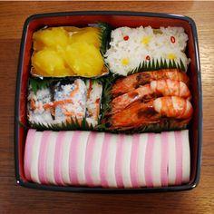 Esta é o kombini bento. O bentô mais comum é o do cotidiano, levado pelos trabalhadores para almoçar. E entre eles, o mais tradicional é o hinomaru-bentô, que leva apenas uma ameixa em conserva (umeboshi) no centro da porção de arroz. A ameixa avermelhada lembra o círculo vermelho da bandeira japonesa.