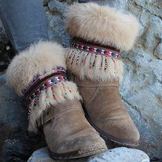 Cubrebotas étnico, elaborado con pasamanerías y adorno de abalorios. Elegante colorido, ideal para dar un toque boho chic a tus botas. Piezas únicas