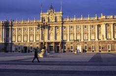 El actual Palacio Real, fue un encargo del primer rey Borbón de España, de ahí sus aires versallescos, para sustituir al antiguo Real Alcázar, desaparecido en un incendio en 1734. El último monarca que durmió entre sus sábanas fue Alfonso XIII, aunque aún otro Jefe de Estado, el presidente de la II República, Manuel Azaña, se paseó por sus salas y tuvo un despacho, el 'despacho Azaña'.