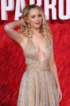 Jennifer Lawrence looked worlds away from her demure look at Sunday night's BAFTAs as she took to the red carpet for the Red Sparrow European Premiere in London on Monday. Jennifer Lawrence Red Sparrow, Jennifer Lawrence Makeup, Jennifer Lawrence Photos, Happiness Therapy, Jennifer Laurence, Hollywood Celebrities, Most Beautiful Women, Beautiful Actresses, Short Hair