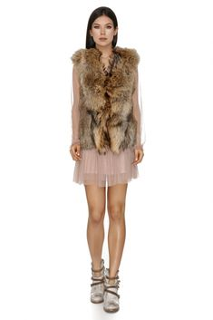 Crafted from an ultra-soft fur, this short beige fur vest is as comfy as it is chic. It's completed with a front hook-and-eye closure and a basic collar. Use this as a topper to make any outfit infinitely more luxurious. A timeless layering option for the cold season, the beige fur gilet by Vero Milano is perfect to partner over a lightweight knit and denim skinnies.