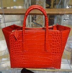 강렬한 붉은 컬러와 가죽 소재로 세련미가 돋보이는 핸드백 @에비뉴엘 롯데월드타워점 TASTE 5.1
