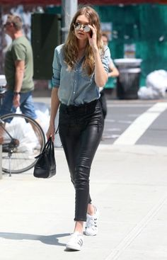 Gigi Hadid Photos - Model Gigi Hadid is spotted out and about in New York City, New York on June Missing from the outing was Gigi's on again boyfriend, Zayn Malik. - Gigi Hadid Is Seen Out and About in NYC Gigi Hadid Walk, Rocker Outfit, Jenner, Old Models, Leather Leggings, Cool Girl, Cool Outfits, Women Wear, Bomber Jacket