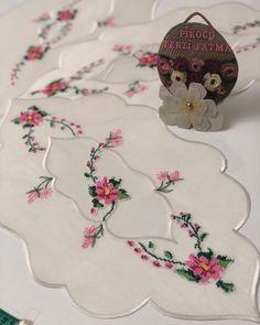 """1,299 Beğenme, 34 Yorum - Instagram'da Fatma Şenay Olgun ✂️ (@pikocu_terzi_fatma): """"## 🌸🍃🌸🍃🌸🍃🌸🍃🌸iyi günlerde kullanman dileğimle ablacım#yatakodasi #takım#ayna #önü#etajer #komidin…"""" Linen Tablecloth, Bargello, Candle Lanterns, Ribbon Embroidery, Table Centerpieces, Table Runners, Diy And Crafts, Cross Stitch, Sewing"""