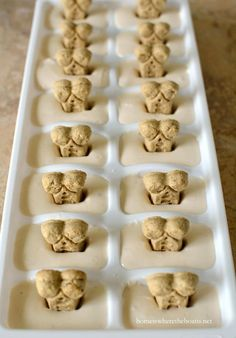 Fast and easy frozen dog treats for the summer, aka Copycat . - Quick and easy frozen dog treats for the summer, aka Copycat Frosty Paws Recipe - Puppy Treats, Diy Dog Treats, Homemade Dog Treats, Dog Treat Recipes, Dog Food Recipes, Pumpkin Recipes For Dogs, Dog Cake Recipes, Healthy Dog Treats, Frosty Paws Recipe