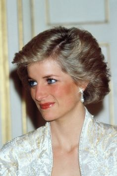 Diana, Princess of Wales, on a visit to the British Internetional School during her official visit to Indonesia on November 1989 in Jakarta, Indonesia. The Princess is wearing a suit by Catherine. Get premium, high resolution news photos at Getty Images Princess Diana Hair, Princess Diana Pictures, Princess Eugenie, Princess Of Wales, Beauty Advice, Beauty Secrets, Beauty Hacks, Beauty Products, Diana Quotes