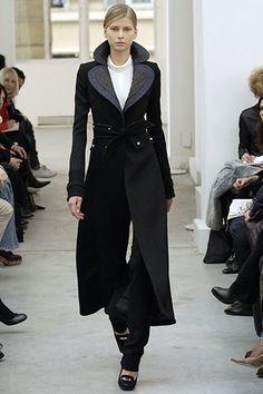 Balenciaga Fall 2005 Ready-to-Wear Fashion Show Collection: See the complete Balenciaga Fall 2005 Ready-to-Wear collection. Look 21