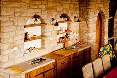 Některé zahradní kuchyně nabízejí veškerý myslitelný komfort. Nechybí zde ani tekoucí voda a plynový vařič; Hrdina & České pískovce