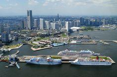 【作品タイトル】:豪華客船3隻入港 【アピールポイントは?】   横浜港大桟橋客船ターミナルです。豪華客船が同時に3隻着岸して   いる光景を見れるのはとてもめずらしいです。年に1,2回でしょ   うか。貴婦人と呼ばれるのにふさわしい優雅な姿ですね。 ▼あなたも応募してみない? http://www.il-info.jp/top/?p=434