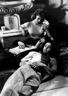 "1955 Film ""La fureur de vivre"" avec James Dean, Natalie Wood, et Sal Mineo Natalie Wood, Classic Hollywood, Old Hollywood, Hollywood Images, Hollywood Icons, Rock And Roll, James Dean Photos, Rebel Without A Cause, Jimmy Dean"