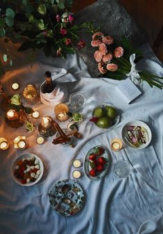 55 Indoor Design Ideas for Amazing Valentine's Day - decortip Romantic Candle Light Dinner, Romantic Candles, Candlelight Dinner, Romantic Night, Romantic Dates, Romantic Picnics, Romantic Dinners, Indoor Picnic Date, Night Picnic