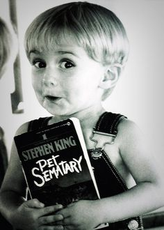 During the filming of Pet Sematary, Stephen King gave a signed book to his little fan: Miko Hughes Stephen King It, Stephen King Novels, Steven King, Classic Horror Movies, Horror Films, Scary Movies, Good Movies, Movies Showing, Movies And Tv Shows