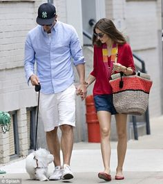 Making the pavement her catwalk: Leggy Olivia Palermo is city chic during stroll with beau Classy Couple, Stylish Couple, Short Outfits, Cool Outfits, Casual Outfits, Walking Poses, Olivia Palermo Style, Fashion Couple, Fashion Catalogue