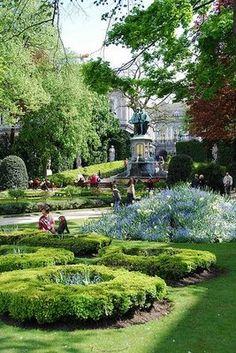 Dit is de Kleine Zavel, een groen plekje in de drukke stad. Dit kleine park vol sculptuur is ideaal om even tot rust te komen en te genieten op een mooie dag. Bezoek zeker ook eens de andere parken in Brussel, die een oase van rust vormen.